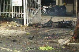 bom-bunuh-diri-gemparkan-makassar-tubuh-pelaku-berserakan-di-depan-katedral-iay